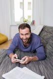 Homme de sourire passant un jour de détente à la maison Photo stock