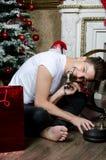 Homme de sourire près de la cheminée Noël et an neuf Photo stock