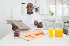 Homme de sourire prenant son petit déjeuner Photos stock