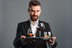 Homme de sourire servant les boissons alcoolisées photo stock