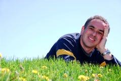 Homme de sourire sur l'herbe Images libres de droits