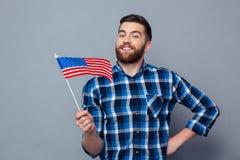 Homme de sourire tenant le drapeau des Etats-Unis Images libres de droits