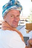 Homme de sourire, turban de port pour l'amusement Photographie stock