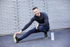 Homme de sport avec l'étirage de barbe photographie stock libre de droits