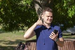 Homme de sport montrant un signe de geste de silence dans un parc image libre de droits