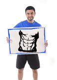 Homme de sport tenant le panneau d'affichage avec six marketing de la publicité d'aspiration d'abdomen de paquet de centre de fit Photos stock