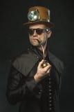 Homme de Steampunk dans un chapeau fumant un tuyau Photo libre de droits