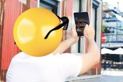 Homme de tête d'Emoji prenant le selfie avec le comprimé Images libres de droits
