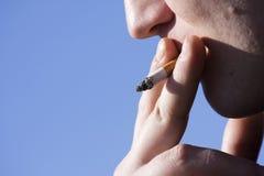 Homme de tabagisme photographie stock libre de droits