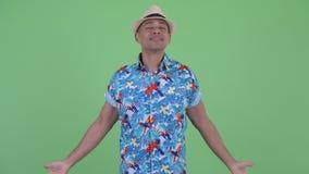 Homme de touristes ethnique multi heureux détendant avec des yeux fermés banque de vidéos