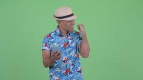 Homme de touristes ethnique multi heureux utilisant le téléphone et obtenir de bonnes nouvelles clips vidéos