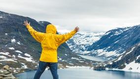 Homme de touristes se tenant prêt le lac Djupvatnet, Norvège Image stock