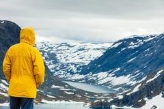 Homme de touristes se tenant prêt le lac Djupvatnet, Norvège Photo libre de droits