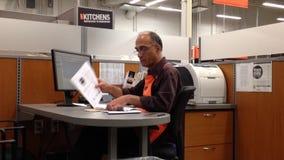 Homme de travailleur de Home Depot rassemblant quelques dossiers banque de vidéos