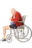 Homme de vétéran handicapé dans la verticale de fauteuil roulant Photos libres de droits
