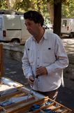 Homme de ventes de couteau Photographie stock libre de droits