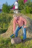Homme de village près de la meule de foin Photo stock