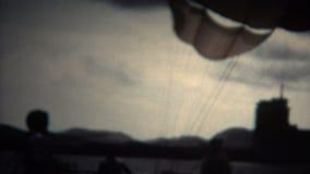 homme (de vintage de 8mm) décollant de la plage de parachute ascensionnel banque de vidéos
