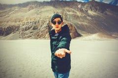 Homme de voyage de jeunes prêtant un coup de main dans la scène extérieure de montagne Images libres de droits