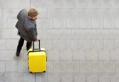 Homme de voyage marchant avec la valise Images libres de droits