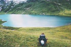 Homme de voyageur appréciant le lac et le mode de vie de voyage de Mountain View Images libres de droits
