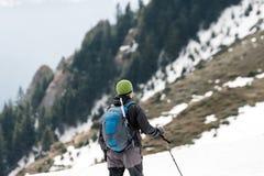 Homme de voyageur dans les montagnes Concept de voyage de mode de vie de sport Photographie stock