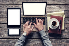 Homme de vue supérieure travaillant avec un PC d'ordinateur portable et de comprimé chemins de découpage compris images stock