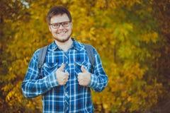 Homme de yang de sourire en verres images stock