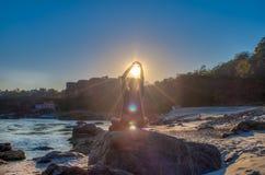 Homme de yoga s'asseyant sur la berge de Ganga sur une grande pierre et meditatting Image de HDR Image libre de droits