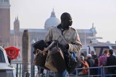 Homme de Yong African vendant des sacs à main Image stock