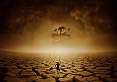 Homme debout dans une scène de sécheresse Image libre de droits