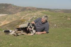 Homme dehors avec le chien de moutons Photos stock