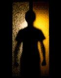 Homme derrière la porte en verre Photographie stock libre de droits