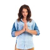 Homme derrière la prière occasionnelle de femme Photo stock