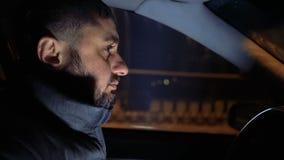 Homme derrière la roue d'une conduite sur les rues de soirée banque de vidéos