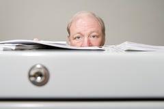 Homme derrière le meuble d'archivage photographie stock