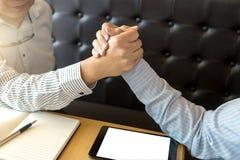 Homme des affaires deux élevé se serrant la main ensemble Photos libres de droits