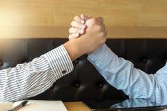 Homme des affaires deux élevé se serrant la main ensemble Images libres de droits