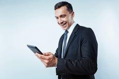 Homme des affaires rayonnant utilisant la tablette image libre de droits