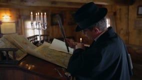 Homme des Moyens Âges dessinant la carte du monde