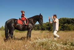 Homme, descendant et cheval Image libre de droits