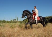 Homme, descendant et cheval Photographie stock libre de droits
