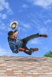 Homme desserrant l'équilibre sur le toit Images stock