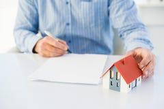Homme dessinant la maison modèle Photos stock