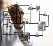 Homme dessinant le réseau social Image libre de droits