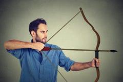 Homme dessinant un arc Photo stock