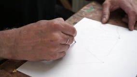 Homme, dessinant un croquis dans le studio clips vidéos