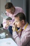 Homme deux élégant vérifiant la qualité des diamants Image libre de droits