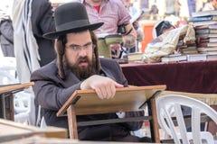 Homme deux juif au mur occidental Images stock