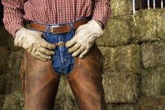 Homme devant des balles de foin Photographie stock libre de droits